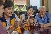 노인 (성인), 독거노인 (노인), 디지털소외 (컨셉), 재능기부 (기부), 지역봉사활동 (사회복지), 미소, 배움