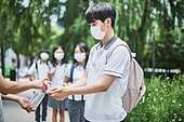 고등학생, 학교생활, 코로나바이러스 (바이러스), 코로나19 (코로나바이러스), 사회적거리두기 (사회이슈), 마스크 (방호용품), 감기예방마스크 (마스크), 위생, 소독 (움직이는활동), 소독약 (약)