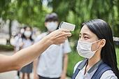 고등학생, 학교생활, 코로나바이러스 (바이러스), 코로나19 (코로나바이러스), 사회적거리두기 (사회이슈), 마스크 (방호용품), 감기예방마스크 (마스크), 온도 (묘사), 온도계 (측정도구), 디지털온도계, 열 (질병)