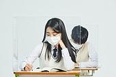 코로나바이러스 (바이러스), 코로나19 (코로나바이러스), 사회적거리두기 (사회이슈), 마스크 (방호용품), 고등학생, 교육 (주제), 중학생, 중고등학교, 학교교실 (학교건물)
