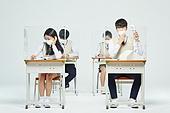 코로나바이러스 (바이러스), 코로나19 (코로나바이러스), 사회적거리두기 (사회이슈), 마스크 (방호용품), 고등학생, 교육 (주제), 중학생, 중고등학교, 학교교실 (학교건물), 피로 (물체묘사), 고역 (컨셉), 휴대용선풍기 (선풍기)