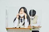 코로나바이러스 (바이러스), 코로나19 (코로나바이러스), 사회적거리두기 (사회이슈), 마스크 (방호용품), 고등학생, 교육 (주제), 중학생, 중고등학교, 학교교실 (학교건물), 피로 (물체묘사), 고역 (컨셉)