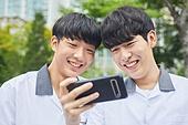 십대 (나이), 고등학생, 중학생, 학생, 친구, 친구 (컨셉), 스마트폰, 휴대폰, 모바일게임, 인터넷강의 (인터넷), 행복