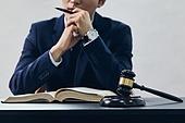 조언 (컨셉), 법 (주제), 변호사 (법조인), 법, 판사 (법조인), 법조인 (전문직), 법원, 법정, 판단, 판사, 걱정 (어두운표정), 생각 (컨셉)