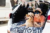 남성, 차박캠핑 (캠핑), 캠핑, 휴가, 혼자여행 (여행), 리트리버, 골든리트리버, 반려동물 (길든동물), 미소, 엷은색선글라스 (선글라스)