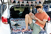 남성, 차박캠핑 (캠핑), 캠핑, 휴가, 혼자여행 (여행), 미소, 디지털태블릿 (개인용컴퓨터)