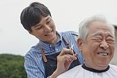 70대, 노인 (성인), 헤어컷팅 (헤어스타일), 재능기부, 재능기부 (기부), 미소, 밝은표정