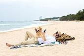남성 (성별), 해변, 여행, 휴가, 반려동물 (길든동물), 휴가 (주제), 눕기 (몸의 자세), 스마트폰