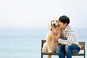 남성, 해변, 반려동물 (길든동물), 휴식, 함께함 (컨셉), 포옹, 미소