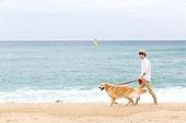 남성, 리트리버, 반려동물 (길든동물), 휴가, 해변, 걷기 (물리적활동), 미소