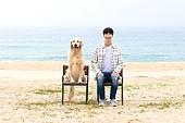 남성, 해변, 반려동물 (길든동물), 휴식, 함께함 (컨셉), 미소
