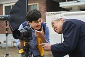 남성, 사진작가 (창조적직업), 노인 (성인), 재능기부 (기부), 촬영, 영정사진 (포트레이트), 미소, 대화, 설명