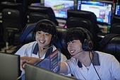 십대 (나이), 중학생, 고등학생, 인터넷카페 (공공건물), 게임방, 컴퓨터, 십대소년 (남성), 헤드폰 (오디오장비)