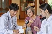 노인 (성인), 의료봉사 (사회복지), 재능기부 (기부), 의사, 전문직 (직업), 진찰 (치료), 혈압계 (의료도구), 측정, 미소