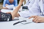 의료봉사 (사회복지), 자원봉사자 (역할), 재능기부, 재능기부 (기부), 의사, 진찰 (치료), 혈압계 (의료도구), 측정, 설명, 미소, 사람손 (주요신체부분)