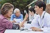 의료봉사 (사회복지), 자원봉사자 (역할), 재능기부, 재능기부 (기부), 의사, 진찰 (치료), 혈압계 (의료도구), 측정, 설명, 미소