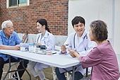노인 (성인), 지역봉사활동 (사회복지), 의료봉사 (사회복지), 사회복지 (사회이슈), 재능기부 (기부), 의사, 진찰 (치료), 혈당측정 (시약테스트), 혈당측정기 (의료도구)