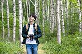 남성, 청년 (성인), 혼자여행 (여행), 숲, 산림욕, 걷기 (물리적활동), 미소, 카메라, 사진작가 (창조적직업)
