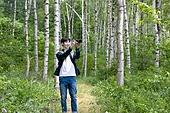 남성, 청년 (성인), 혼자여행 (여행), 숲, 산림욕, 걷기 (물리적활동), 미소, 카메라, 사진작가 (창조적직업), 촬영