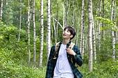 남성, 청년 (성인), 혼자여행 (여행), 숲, 산림욕, 걷기 (물리적활동), 미소