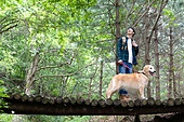 남성, 청년 (성인), 혼자여행 (여행), 숲, 산림욕, 걷기 (물리적활동), 골든리트리버, 반려동물 (길든동물)