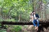 남성, 청년 (성인), 혼자여행 (여행), 숲, 산림욕, 걷기 (물리적활동), 골든리트리버, 반려동물 (길든동물), 미소, 포옹