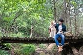 남성, 청년 (성인), 혼자여행 (여행), 숲, 산림욕, 걷기 (물리적활동), 골든리트리버, 반려동물 (길든동물), 미소, 포옹, 마주보기 (위치묘사)