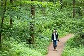 남성, 청년 (성인), 혼자여행 (여행), 숲, 산림욕, 걷기 (물리적활동), 카메라, 사진작가 (창조적직업), 미소