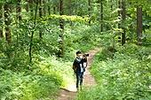 남성, 청년 (성인), 혼자여행 (여행), 숲, 산림욕, 걷기 (물리적활동), 카메라, 사진작가 (창조적직업), 촬영, 미소