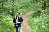 남성, 청년 (성인), 혼자여행 (여행), 숲, 산림욕, 걷기 (물리적활동), 카메라, 사진작가 (창조적직업), 응시 (감각사용)
