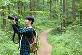 남성, 청년 (성인), 혼자여행 (여행), 숲, 산림욕, 걷기 (물리적활동), 카메라, 사진작가 (창조적직업), 촬영, 미소, 만족