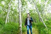 남성, 청년 (성인), 혼자여행 (여행), 숲, 산림욕, 걷기 (물리적활동), 미소, 만족, 자연휴양림 (산림)