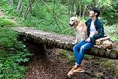 남성, 청년 (성인), 혼자여행 (여행), 숲, 산림욕, 걷기 (물리적활동), 골든리트리버, 반려동물 (길든동물), 미소, 쓰다듬기 (만지기)