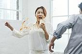 커피 (뜨거운음료), 붓기 (움직이는활동), 실수 (문제), 불운 (컨셉), 사고, 불운, 짜증 (컨셉)