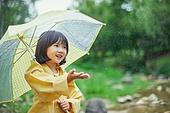 어린이 (나이), 십대 (나이), 소녀, 소녀 (여성), 장마, 비 (물형태), 날씨, 폭우 (비), 우산 (액세서리), 우비