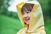 어린이 (나이), 십대 (나이), 소녀, 소녀 (여성), 장마, 비 (물형태), 날씨, 폭우 (비), 행복, 순수, 우비