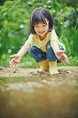 어린이 (나이), 십대 (나이), 소녀, 소녀 (여성), 장마, 비 (물형태), 날씨, 폭우 (비), 행복, 물장난, 물장난 (장난치기)