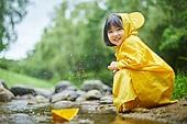 어린이 (나이), 십대 (나이), 소녀, 소녀 (여성), 장마, 비 (물형태), 날씨, 폭우 (비), 우비, 물장난, 물장난 (장난치기), 귀여움 (물체묘사)