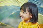 어린이 (나이), 십대 (나이), 소녀, 소녀 (여성), 장마, 비 (물형태), 날씨, 폭우 (비), 계곡, 행복, 순진, 순수, 우비, 우산 (액세서리)