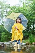 어린이 (나이), 십대 (나이), 소녀, 소녀 (여성), 장마, 비 (물형태), 날씨, 폭우 (비), 계곡, 시냇물 (유수), 우비, 물장난, 물장난 (장난치기), 우산 (액세서리)