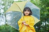 어린이 (나이), 십대 (나이), 소녀, 소녀 (여성), 장마, 비 (물형태), 날씨, 폭우 (비), 우비, 물장난, 물장난 (장난치기)