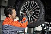 엔지니어 (전문직), 정비사, 자동차, 자동차정비소 (정비소), 정비사 (노동자), 정비소 (업무현장), 타이어, 바퀴 (차량부품), 드릴 (동력공구), 드릴