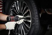 엔지니어 (전문직), 정비사, 자동차, 자동차정비소 (정비소), 정비사 (노동자), 정비소 (업무현장), 타이어, 바퀴 (차량부품), 드릴, 드릴 (동력공구)