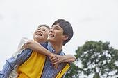 남성, 노인여자 (성인여자), 업기 (운반), 미소, 밝은표정, 사회복지, 독거노인 (노인), 효도 (컨셉), 행복, 즐거움