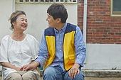남성, 노인여자 (성인여자), 미소, 밝은표정, 사회복지, 독거노인 (노인), 손잡기 (홀딩)