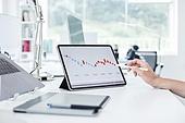 MCN, 소셜미디어마케팅 (디지털마케팅), 비즈니스, 비즈니스 (주제), 일 (물리적활동), 스타트업, 분석, 경영전략, 디지털태블릿 (개인용컴퓨터), 그래프, 불경기 (컨셉), 스트레스 (컨셉), 전략