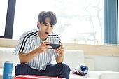 남성, 거실, 소파, 스마트폰, 야구, 환호 (말하기), 모바일게임, 기대 (컨셉)