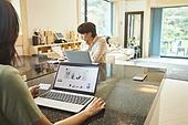 가족, 거실, 온라인쇼핑 (전자상거래), 비대면배송 (비대면), 웹사이트, 쇼핑 (상업활동), 비접촉지불 (금융아이템)