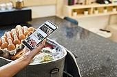 사람손 (주요신체부분), 스마트폰, 웹사이트, 온라인쇼핑 (전자상거래), 쇼핑 (상업활동), 배달 (일), 비대면배송 (비대면)