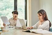 남성, 재택근무 (원격근무), 근로시간 (주제), 노트북사용, 홈오피스, 걱정 (어두운표정)